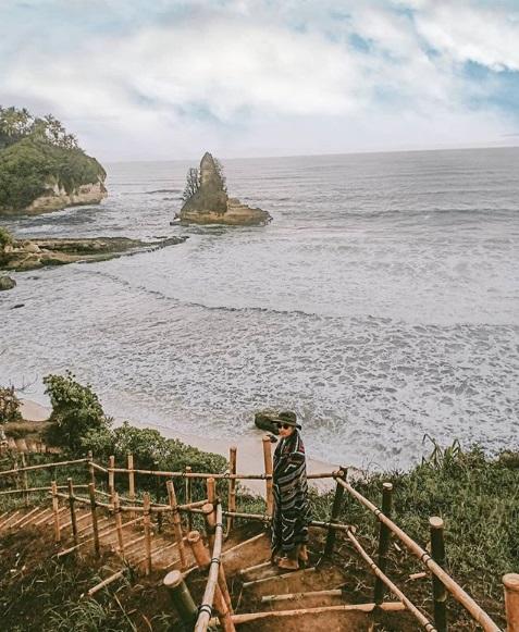 Pantai Karang Gantungan, Pantai Viral di Sukabumi