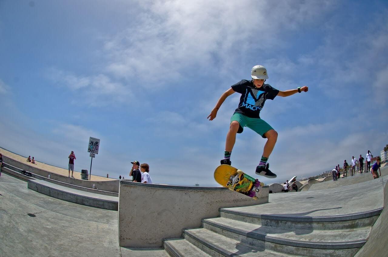 スケートパークで男の子がスケボーでジャンプしている写真