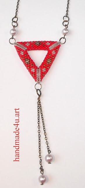 Czerwony trójkąt z perełkami