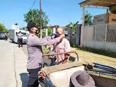 Petugas Gabungan Intens Laksanakan Operasi Yustisi  Dan Bagikan Masker Pada Warga