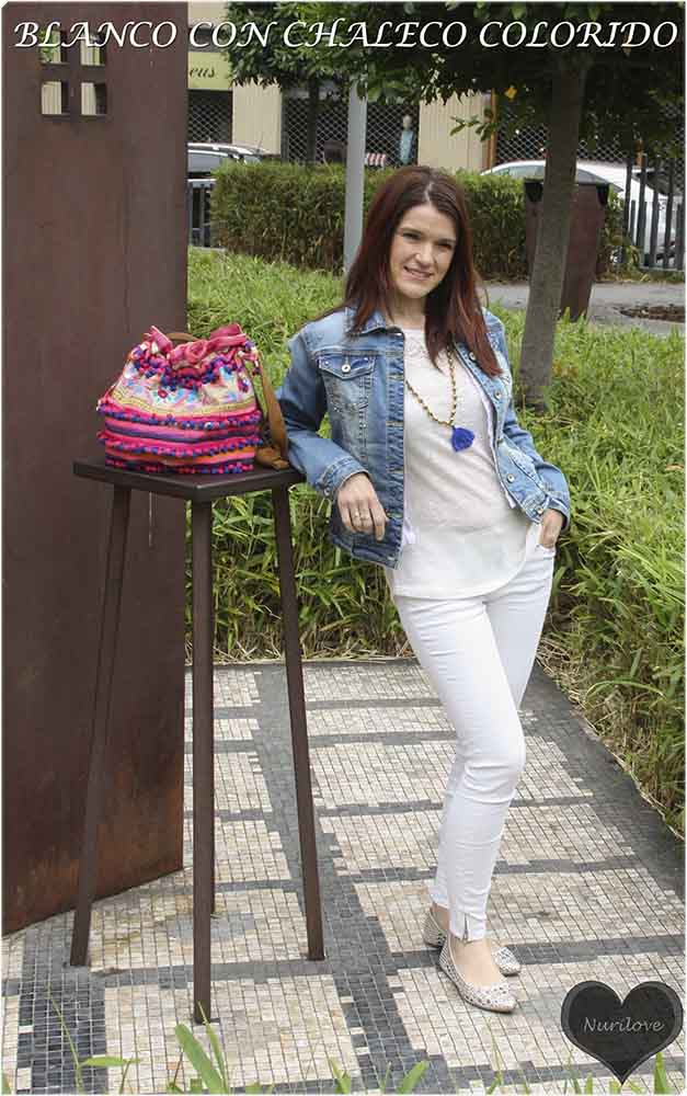 total look en blanco con un toque de color en el chaleco