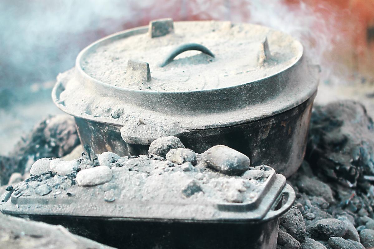 Der Dutch Oven mit der walisischen Lammkeule in der Glut  | Arthurs Tochter kocht von Astrid Paul, der Blog für food, wine, travel & love