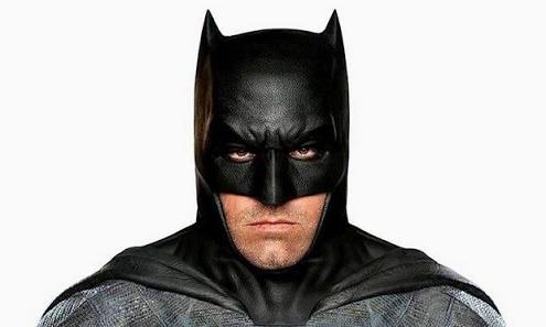 Homem vestido de Batman começa a combater homens vestidos de palhaço na rua