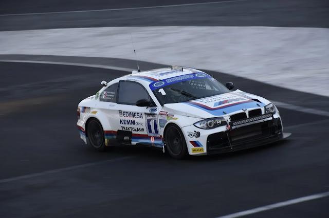 Bobby Fernández con el auto que competirán en Puebla