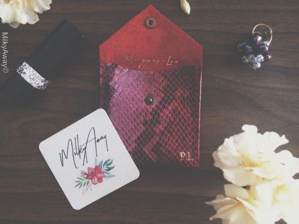 Porte-cartes collection Stamp cuir de vachette effet python rouge avec sérigraphie or Margaux-Lou Maroquinerie