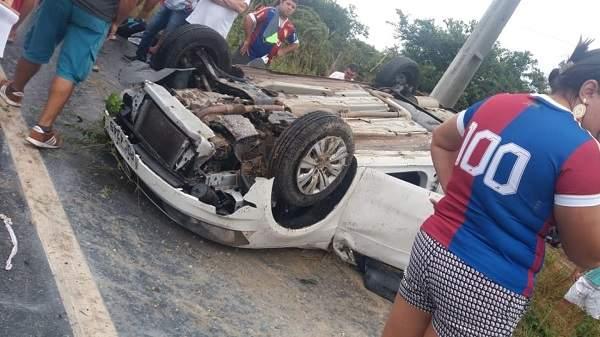 Carro capota perto da Cidade de Beberibe, nesta quinta-feira