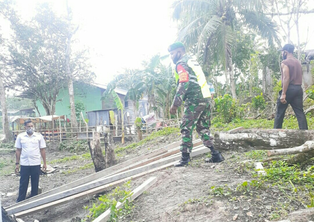 Lakukan Komsos, Babinsa Desa Harapan Jaya Himbau Masyarakat Tetap Waspada Terhadap Cuaca Ekstrim