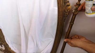 تركيب رجل مرآة خشب في مكانها الصحيح بالغراء الأبيض