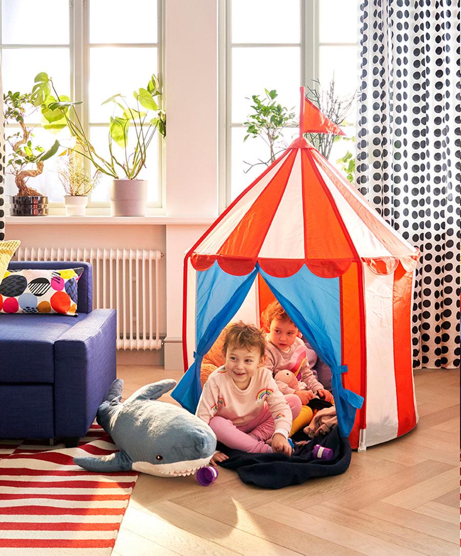 novedad catálogo ikea 2020 salón familia con tienda circo para niños y tiburón de peluche