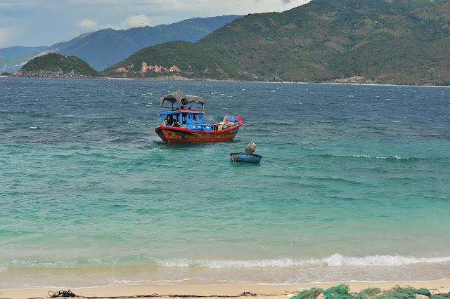 Ngư dân đánh bắt cá tại Hòn Nưa