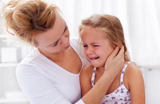 Mamá con su hijita llorando por apego