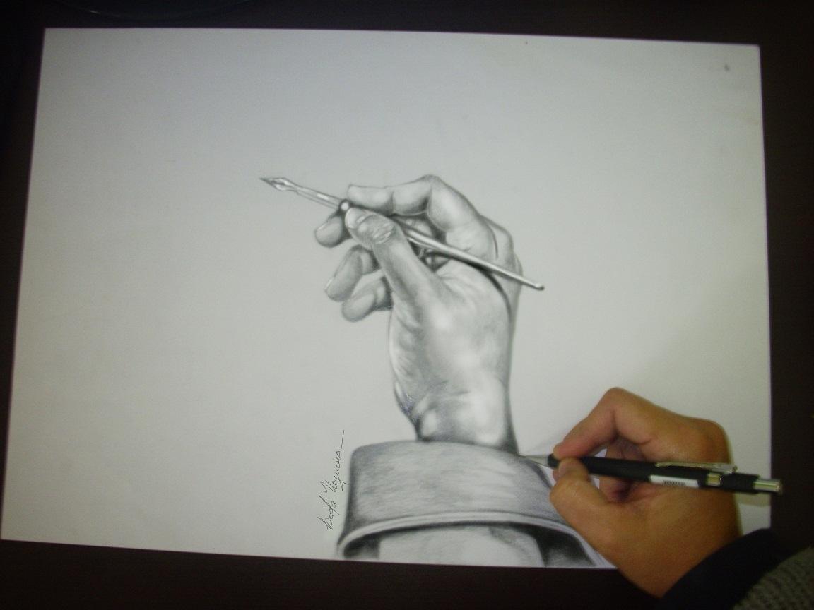 Essa é minha mão mas eu fotografei antes segurando uma pena para depois desenhá la