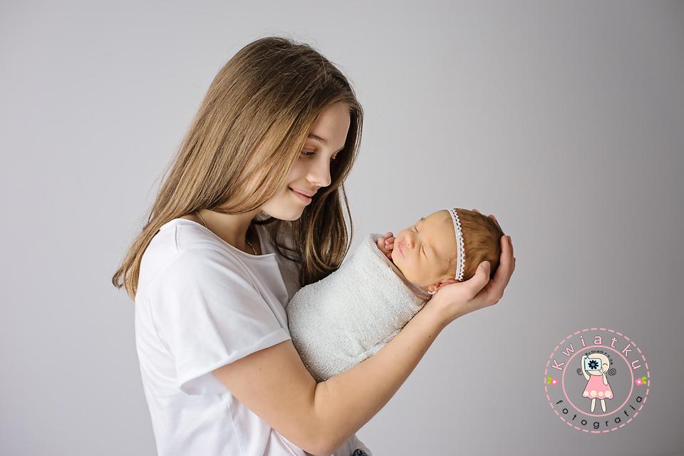 Nastolatka i jej mała siostrzyczka