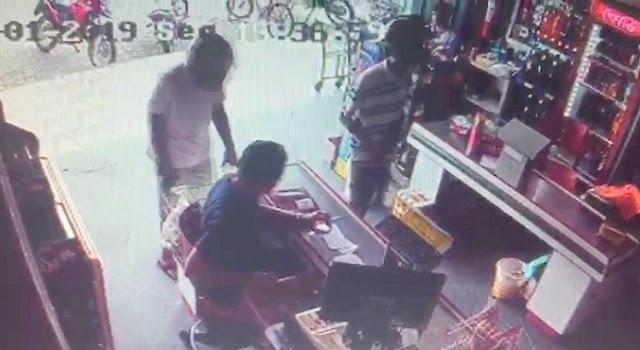 Ladrões assaltam mercadinho em menos de 1 minuto e fogem com sacolas de dinheiro, no Sertão da PB