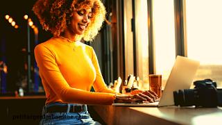 Jeune femme gagner argent en ligne