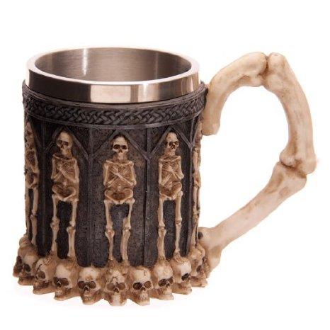 Jarra metálica para cerveza con decoración de huesos y esqueletos.
