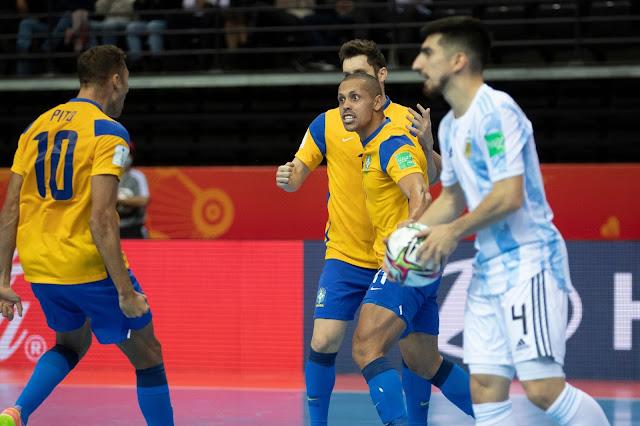 Brasil comemorando gol na Copa do Mundo de Futsal