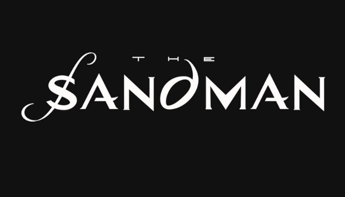 Imagem: a logo oficial do título de The Sandman, um fundo preto com a fonte em branco, simples, com o S tendo um outro S mais sinuoso e como que escrito a mão por cima e o D, tendo um formato mais oval.