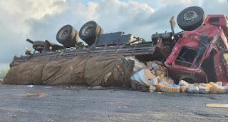 Caminhão carregado com sucos engarrafados e energéticos tomba no interior da PB