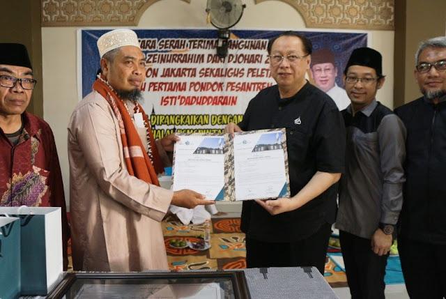 Kisah Sukses Bos JNE yang Jadi Mualaf, Menangis di Depan Ka'bah Hingga Mimpikan 99 Masjid