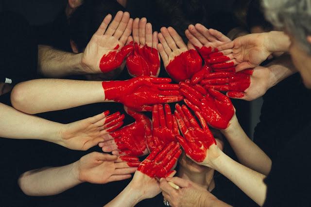 tangan-orang-dengan-cet-warna-merah-hati