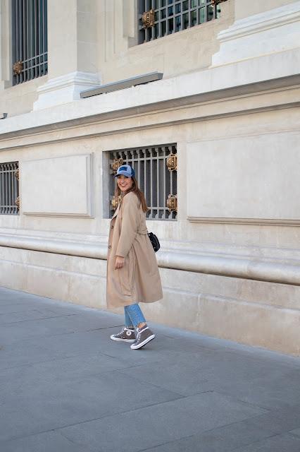 Fashion South con gabardina beige de Oysho y gorra azul