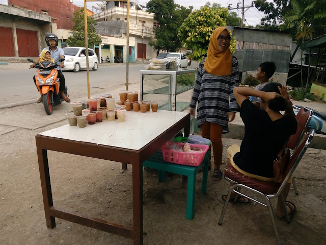 Warga mendatangi penjual takjil buka puasa untuk membeli makanan berbuka.