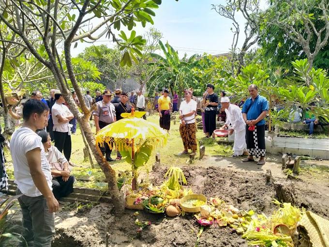 Kapolsek Krembung Takziah dan Bantu Pemakaman Warga