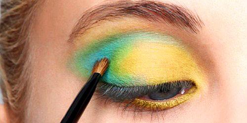aplicando sombras de ojos de colores con pincel pequeño