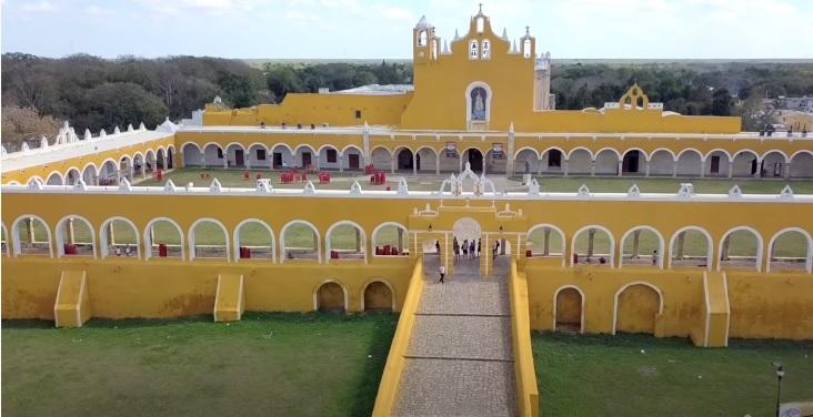 Izamal Monasterio San Antonio de Padua visto de Frente en Amarillo