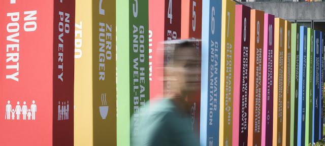 Expositores promocionales que ilustran los 17 Objetivos de Desarrollo Sostenible en la Sede de las Naciones Unidas en Nueva York.ONU/Manuel Elias