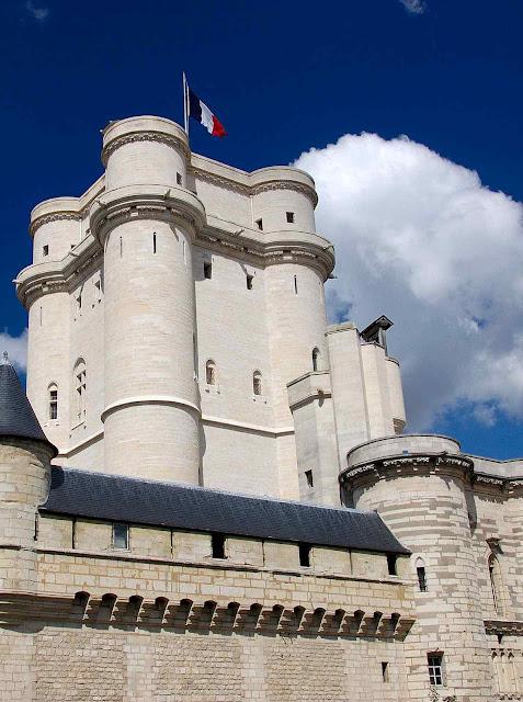 O donjon de Vincennes altaneiro e majestoso perpetua até hoje a lembrança de São Luis rei