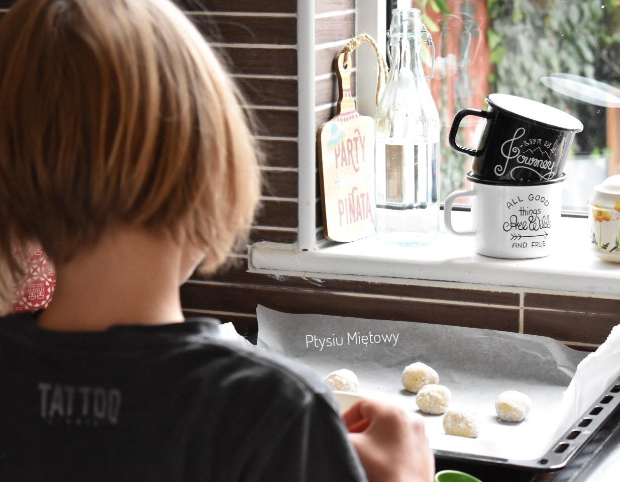 dziecko w kuchni, ptysiu mietowy