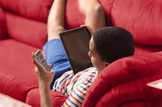 Adolescente usando tablet