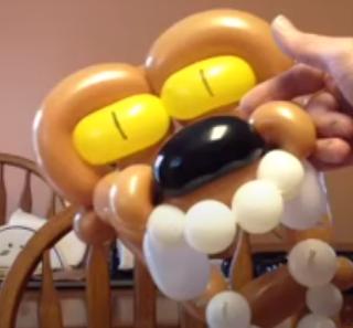 Wolfsmaske aus Luftballons modelliert.