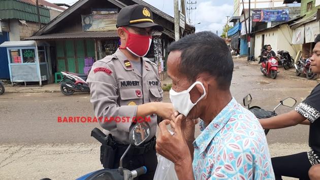 Terus Upayakan Disiplin Protap Covid- 19 Kepada Masyarakat, Polres Bartim Berikan Masker