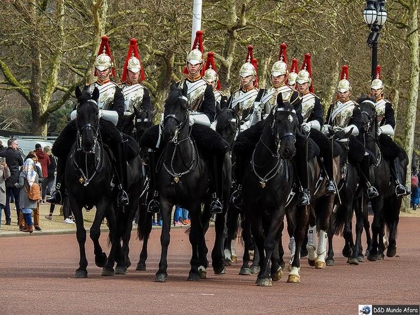 Cavalaria real durante cerimônia da troca de guarda em Londres