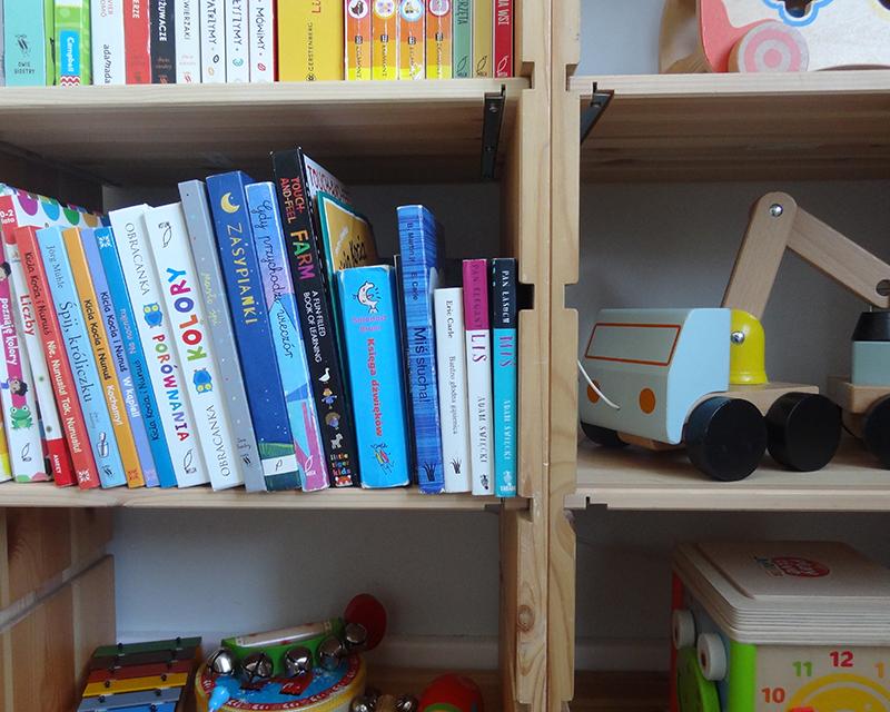 łóżko montessori, montessori, mieszkanie m2, pokoj dzieciecy, mały pokój montessori, naklejki na ścianę, biblioteczka montessori, książki montessori