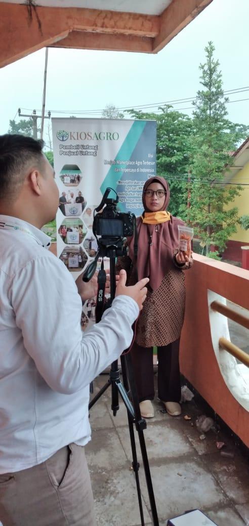 Tini Sukartini warga Pangauban Pacet sedang memberikan testimonial mengenai pengalamannya mengikuti pelatihan kewirausahaan.
