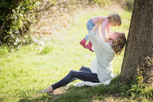 "Seorang ibu yang sudah tua   Curahan Online.Ibu adalah Penolong Dan Penyelamat bagi Semua Anak-anaknya,bukan hanya itu saja dialah yang melahirkanmu ke Dunia,hingga Segala sesuatunya Bisa Kamu nikmati akan indah nya Dunia ini.    ibu Yang bersusah payah Melahirkanmu,Membesarkan engkau,Memberimu,asi,Ketika kita anak-anaknya mengalami gangguan hati,Galau,Gelisah tak karuan,Dialah satu-satu nya Tempat Terindah Sebagai Peraduan Jiwamu Untuk Mencurahkan Segala,Tentang Apa,Yang Baru Kamu Alami.   Ibu dan anak  Kamu Sakit,Ibu yang mengobatinya,Kamu Menangis Ibu yang menyenangkanya.Siapakah Dia Malaikat  Dunia YangSungguh Baik itu?Jawabanya Sekali Lagi adalah IBU.    Pastinya Semua manusia Di dunia Ini memiliki Ibu,alangkah baiknya kita menjunjung tinggi kedudukannya dari segala aspek apapun di Dunia ini,Seperti Halnya Titah Kelima Dalam Alkitab Kristen Batak Toba :Ingkon Pasangaponmu Natorasmu Asa Martua Ho,Jala Leleng Mangolu Di Tano Na Ni Lehon Ni Jahowa Debata-m Tu Ho.    Artinya: Hormatilah Ayah dan Ibumu Supaya Umurmu Panjang Di Tanah yang Di Berikan Tuhan Allah mu Kepadamu.    Sebenarnya Hal Baik Istimewa apa Pun yang Kita Lakukan Untuknya,Kebaikanya Tidak Akan pernah Terbalaskan,Pengorbanan,Waktu,Tenaga dan Sebagainya yang Sudah Kita Nikmati.    Tapi Di balik Itu semua,Dengan Segala kemampuan Kita, Bukan Harus karena Kesuksesan ,Keberhasilan,kekayaan dengan Hal-hal kecil sekalipun,Marilah kita membahagiakannya,Hiburlah dia jangan Biarkan Ibu kita Sedih,Persiapkanlah Hari Tuanya dengan Penuh Suka Cita.   Ibu muda   Banyak Cara Untuk membuat Sang Ibunda Menjadi Panjang Umur,Senyum,Sukacita dan Ceria,Salah satunya Adalah Dengan Merayakan Hari Ulang Tahun Ibu dengan Acara Sederhana Sekalipun.lainya lagi jika   ibu Pulang Pijatlah Pundaknya dengan Perlahan,Sembari mengucapkan ""Eh!Ibuku Udah Pulang ..""! Itu masih Contoh kecil saja,masih banyak Cara-cara lain yang lebih istimewa.    Kali Ini Curahan Online akan Menuliskan salah satu Topik Yaitu Tentang Ibu,Yaitu Ucapan Sel"