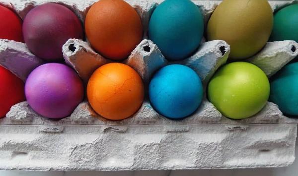 натуральные крашенные яйца на пасху