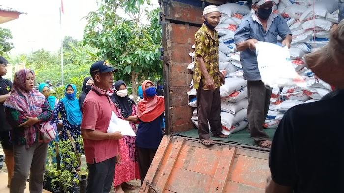 Warga masyarakan menerima bantuan,PKH berupa beras di Aula Panaragan jaya.