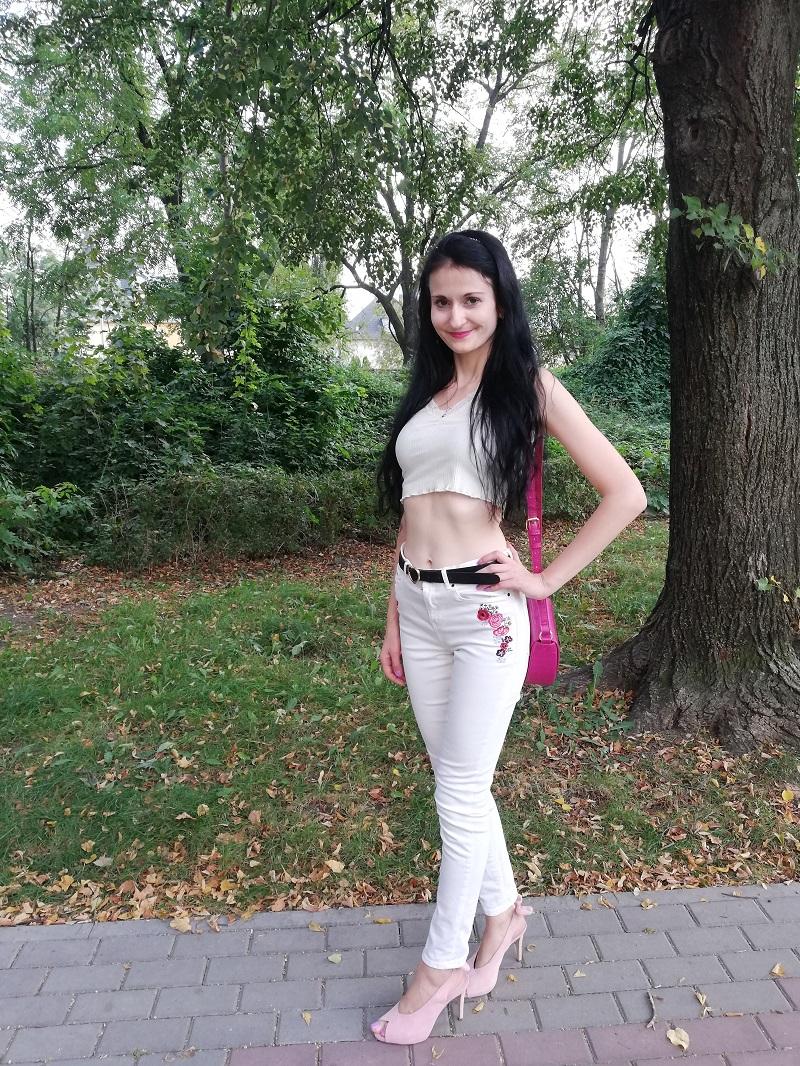 Esmara białe jeansy z wyhaftowanymi kwiatami
