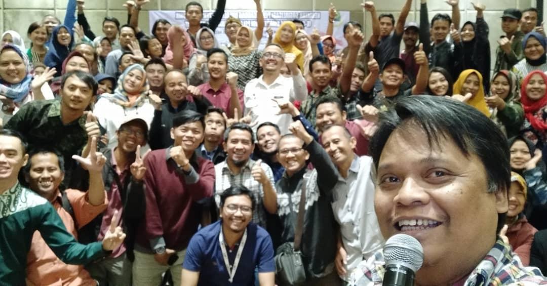 adetruna saat Bukalapak Melatih 100 UKM di Hotel Harris Bandung foto bareng peserta