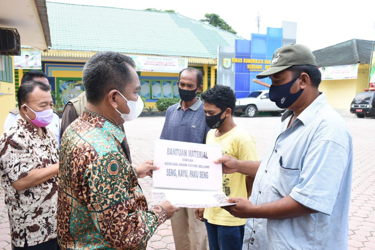 Bupati Sergai Serahkan Bantuan Material Bangunan Kepada Korban Angin Puting Beliung