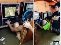 Video Menegangkan, Para Gamer Asyik Main Padahal Ruangan Terendam Banjir