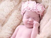 Saat Menengok Bayi Perempuan, Apa Kado yang Harus Dibawa?