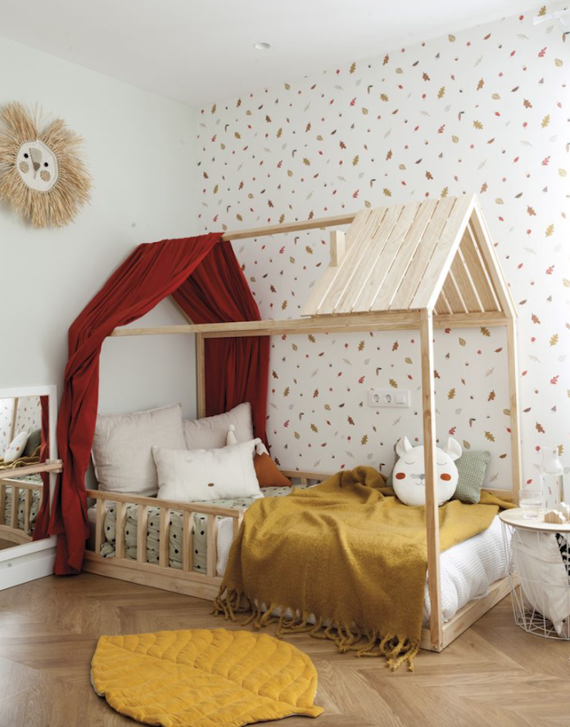 Dormitorio infantil con cama tipo casita Montessori