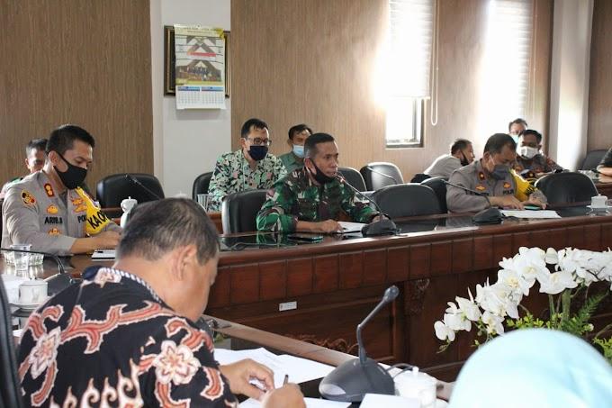 Mengedukasi Masyarakat Patuhi Protokol Kesehatan Dandim 0824  Hadiri Rakor  DPRD.