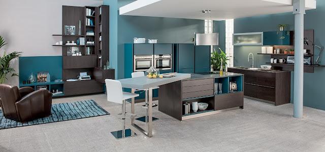 Cuisine moderne bleu canard et bois avec îlot et façades sans poignées. Cette cuisine design est accompagnée d'une composition de salon de chez Schmidt